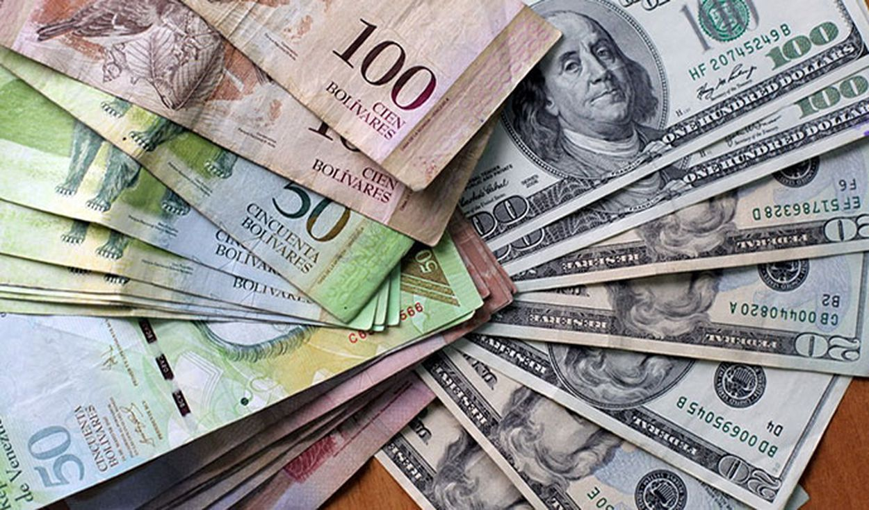 Picture of US dollars and Venezuelan Bolivares