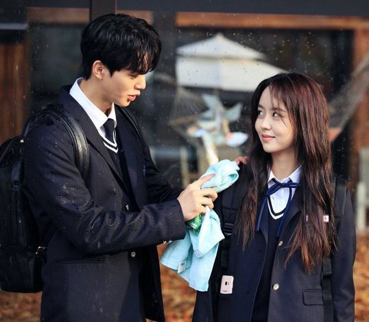 Song Kang y Kim So Hyun en escena de Love alarm.
