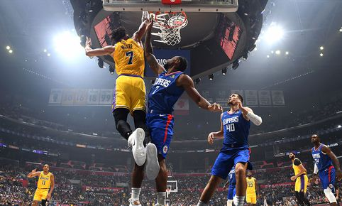 Lakers y Clippers se enfrentan por la NBA. (Créditos: AFP)